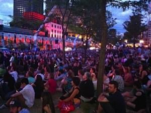 Spectateurs assis en plein air